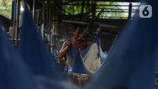 Pekerja menuangkan cairan kedelai saat proses pembuatan tahu di industri rumahan, kawasan Duren Tiga, Jakarta, Selasa (15/9/2020). Dari anggaran Pemulihan Ekonomi Nasional (PEN), sebanyak Rp 123,46 triliun disalurkan kepada UMKM di tengah pandemi Covid-19. (merdeka.com/Imam Buhori)