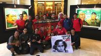 """Suporter Timnas Indonesia membawa spanduk """"Terima Kasih Bima"""", di Hotel Sultan, Minggu (25/11/2018). (Bola.com/Benediktus Gerendo Pradigdo)"""