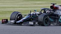 Lewis Hamilton menang balapan F1 GP Inggris dengan kondisi ban mobil tinggal tiga. (ANDREW BOYERS / POOL / AFP)