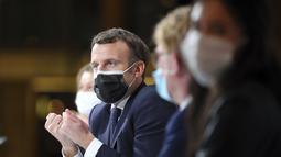 """Presiden Prancis Emmanuel Macron menyampaikan pidato pada Konvensi Warga tentang Iklim, di Paris, Senin (14/12/2020). Macron mengatakan akan mengisolasi dirinya sendiri selama tujuh hari. """"Dia akan terus bekerja dan menjaga aktivitasnya dari jarak jauh,"""". (AP Photo/Thibault Camus, Pool)"""