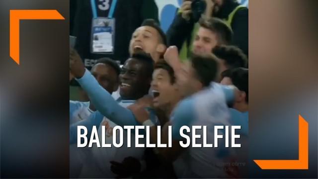 Selebrasi unik dilakukan penyerang Marseille, Mario Balotelli, setelah mencetak gol. Ia langsung selfie bersama rekan setim dan luapkan kegembiraan.