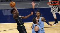 Anthony Edwards mencoba memasukkan bola saat Timberwolves melawan Grizzlies di ajang NBA (AP)