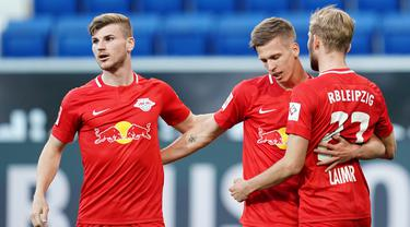 Pemain RB Leipzig merayakan gol yang dicetak Dani Olmo ke gawang Hoffenheim pada laga lanjutan Bundesliga peka ke-30 di Rhein-Neckar Arena, Sabtu (13/6/2020) dini hari WIB. Leipzig menang 2-0 atas Hoffenheim. (AFP/Uwe Anspach/Pool)