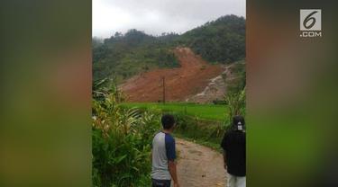 Longsor menimbun puluhan rumah di Kampung Cimapag, Desa Sirnaresmi, Kecamatan Cisolok, Kabupaten Sukabumi.