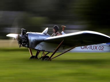 Frantisek Hadrava mengendarai Vampira, pesawat ultralight buatannya, saat ingin berangkat ke tempat kerjanya di Zdikov, Republik Ceko, (23/8). Hadrava menghabiskan 100 ribu koruna atau Rp 55 juta untuk membuat pesawat sendiri. (REUTERS/David W Cerny)