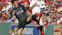 Liverpool menghadapi Sevilla dalam laga pramusim di Fenway Park, Boston, Senin (22/7/2019) pagi WIB. (AP Photo/Mary Schwalm)