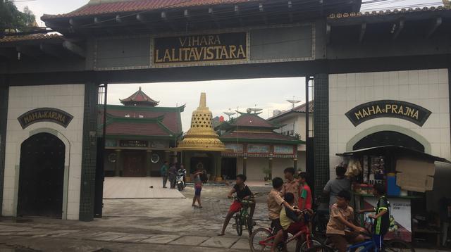 Kompleks Vihara Lalitavistara yang ditandai dengan gapura di depannya.