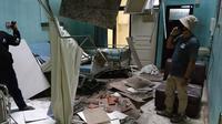 Kerusakan bangsal rumah sakit Ngudi Waluyo setelah gempa bermagnitudo 6,0 melanda Blitar, Jawa Timur, Sabtu (10/4/2021). Akibat gempa tersebut, sejumlah rumah, gedung fasilitas umum, dan tempat ibadah di sekitar delapan kecamatan di wilayah Kota dan Kabupaten Blitar dilaporkan rusak. (AVIAN/AFP)
