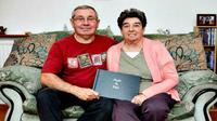 Setelah 42 tahun, akhirnya pasangan ini bisa melihat foto pernikahan mereka.