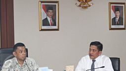 Ketua Task Force Agung Kuswandono (kiri) dan Wakil Marsetio memberikan keterangan pers di Gedung BPPT, Jakarta, Senin (29/10/2015). Satgas Dwelling Time memaparkan sejumlah keberhasilan yang mereka capai. (Liputan6.com/Immanuel Antonius)