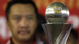 Trofi yang berhasil diraih oleh Timnas Indonesia usai menjadi juara Piala AFF U-22 2019 saat tiba di Bandara Soetta, Tanggerang, Rabu (27/2). Timnas Indonesia mendapatkan bonus sebesar 2,1 milliar rupiah dari Kemenpora. (Bola.com/Yoppy Renato)