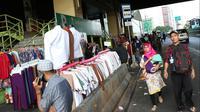 Pemandangan di depan Gedung Pasar Tanah Abang, Jakarta, Jumat (22/6). Sebagian pedagang terpaksa menggelar lapak di luar gedung akibat belum dibukanya kembali Pasar Tanah Abang usai Lebaran. (Liputan6.com/Immanuel Antonius)
