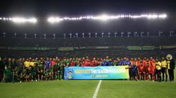Para pemain Persebaya Surabaya dan Sabah FA foto bersama sebelum laga persahabatan di Stadion Gelora Bung Tomo, Surabaya, Sabtu (8/2). Persebaya menang 3-1 atas Sabah FA. (Bola.com/Aditya Wany)