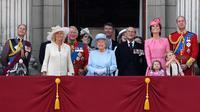 Keluarga kerajaan Inggris menyaksikan Trooping the Color Parade di balkon Istana Buckhingham, London, Sabtu (17/6). Trooping the Color Parade adalah acara tahunan untuk merayakan hari resmi ulang tahun Ratu Elizabeth. (CHRIS J RATCLIFFE / AFP)