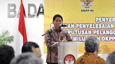 Kepala ANRI Mustari Irawan, memberikan sambutan saat penyerahan arsip statis penyelesaian sengketa pemilu, Jakarta, Jumat (8/5/2015). Mustari Irawan mengapresiasi Bawaslu dan DKPP karena sudah dua kali menyerahkan arsipnya. (Liputan6.com/Andrian M Tunay)