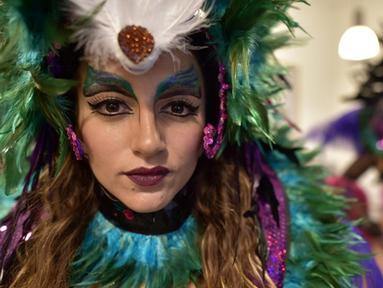 Seorang penari dari The London School of Samba berpose dalam parade karnaval Notting Hill, London, Inggris (31/8/2015). Karnaval Notting Hill ini diadakan untuk merayakan budaya Karibia yang sudah dikenal sejak 1960-an. (AFP PHOTO/LEON Neal)