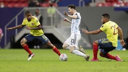 Kendati dalam kondisi cedera, Lionel Messi lantas tak berhenti bermain. Ia tetap berjuang bersama rekan-rekannya sampai akhir laga. (Foto:AP/Eraldo Peres)
