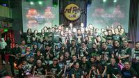 Para pendukung acara, panitia, serta pengunjung acara Octoberock Community, berfoto bersama usai acara yang digelar di Hard Rock Cafe, Jakarta, Minggu (5/10).(Dok. Queenindo)