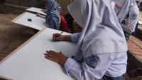 Sejumlah siswa SMK di Bandung mengikuti acara menggambar di kawasan hutan kota Babakan Siliwangi