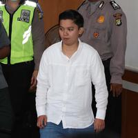Terdakwa Siti Nuraidah Hasibuan alias Kiki memasuki ruangan untuk menjalani sidang kasus dugaan penipuan First Travel di PN Kota Depok, Senin (21/3). (Liputan6.com/Immanuel Antonius)