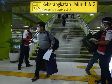 Penumpang tiba di stasiun Gambir Jakarta, Kamis (28/5/2020). Penumpang yang mudik dari Surabaya mengunakan kereta api luar biasa harus memiliki SIKM sebagai syarat yang dimiliki warga untuk keluar atau masuk ke wilayah Jakarta yang bertujuan menekan angka kasus COVID-19. (merdeka.com/Imam Buhori)
