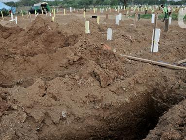 Galian makam kosong yang disiapkan untuk jenazah korban Covid-19 di TPU Tegal Alur, Jakarta, Kamis (25/6/2020). Menurut petugas makam TPU Tegal Alur, selama masa PSBB Transisi jumlah pemakaman jenazah dengan protap Covid-19 meningkat dibanding bulan lalu. (merdeka.com/Iqbal S Nugroho)