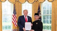 Dubes RI untuk Amerika Serikat, Mahendra Siregar bersama Presiden AS Donald Trump (kredit: KBRI Washington)