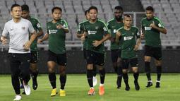 Para pemain Timnas Indonesia melakukan pemanasan saat latihan di SUGBK, Jakarta, Jumat (14/6). Latihan ini persiapan jelang laga persahabatan melawan Vanuatu. (Bola.com/Yoppy Renato)