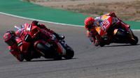 Francesco Bagnaia dan Marc Marquez saling bersaing untuk memperebutkan juara di MotoGP Aragon (AFP)