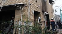 Petugas pemadam kebakaran memeriksa bangunan saat kebakaran melanda studio animasi Kyoto Animation di Kyoto, Jepang, Kamis (18/7/2019). Korban tewas kemungkinan akan bertambah mengingat tidak adanya tanda-tanda kehidupan di dalam studio. (JIJI PRESS/AFP)
