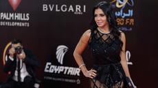 Aktris Mesir Rania Youssef berpose di karpet merah pada upacara penutupan edisi ke-40 Festival Film Internasional Kairo (CIFF), Mesir (29/11). Youssef akan diadili Januari 2019 karena memakai gaun tembus pandang di acara tersebut. (AFP Photo/Suhail Saleh)
