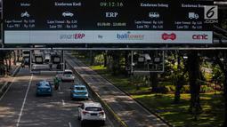 Sejumlah kendaraan melintas dibawah Electronic Road Pricing (ERP) di Jalan Merdeka Barat, Jakarta, Jumat (15/3). ERP yang hingga kini belum digunakan diyakini dapat menekan kemacetan di Ibu Kota pengganti sistem ganjil genap. (Liputan6.com/Faizal Fanani)