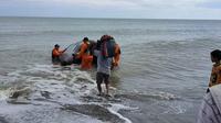 Tim Basarnas Manado mencari nelayan yang hilang di laut Bolmong Utara, Sulut.