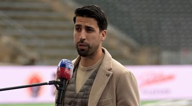 Pada 19 Mei 2021 lalu lewat akun instagramnya, Sami Khedira mengumumkan akan pensiun di akhir musim ini bersama tim yang kini dibelanya, Hertha Berlin. Rentetan cedera disinyalir jadi salah satu alasan. Berikut deretan prestasi apik sang gelandang. (AFP/Soeren Stache/Pool)