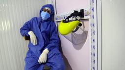 Petugas medis beristirahat di sebuah rumah sakit di Kairo, 14 Juli 2020. Mesir pada Selasa (14/7) mengonfirmasi 929 kasus baru infeksi COVID-19, sehingga menambah jumlah kasus di negara itu menjadi 83.930, seperti disampaikan Kementerian Kesehatan Mesir. (Xinhua/Ahmed Gomaa)