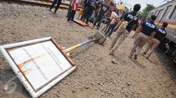 Sebuah papan pengumuman roboh pasca terjadi tabrakan maut yang menewaskan 13 orang di perlintasan Angke, Tambora, Jakbar, Minggu (12/6/2015). Saksi menyebut Metromini nekat menerobos palang pintu perlintasan. (Liputan6.com/Gempur M Surya)