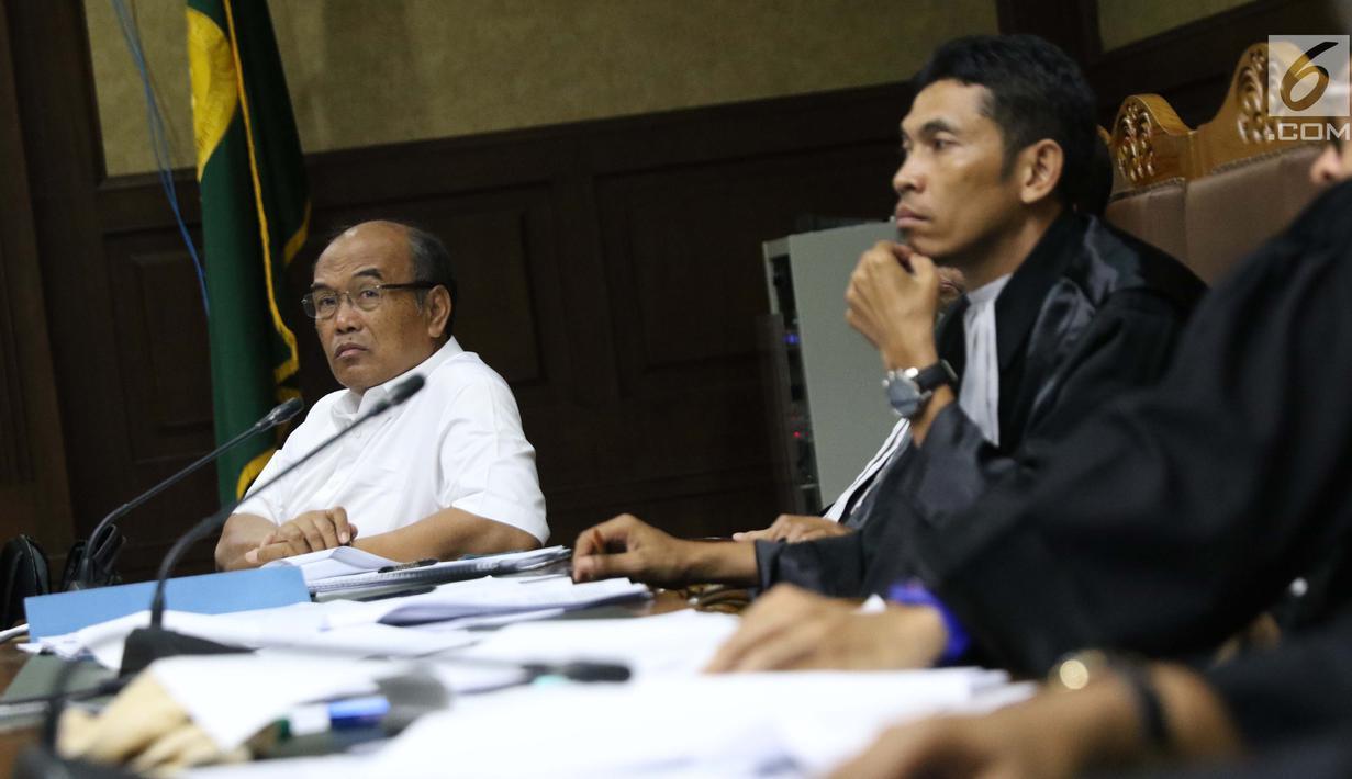 Terdakwa korupsi komisi kegiatan fiktif agen PT Asuransi Jasindo dalam pengadaan asuransi pada BP Migas-KKKS 2010-2012 dan 2012-2014, Budi Tjahjono (kiri) menjalani sidang di Pengadilan Tipikor, Jakarta, Rabu (16/1). (Liputan6.com/Helmi Fithriansyah)