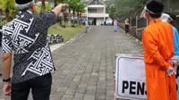 Gubernur Ganjar Pranowo menjenguk pasien Covid-19 klaster tarawih di Banyumas. (Liputan6.com/Humas Pemkab Banyumas)