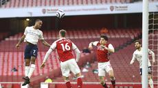 Penyerang Manchester City, Raheem Sterling (kiri) mencetak gol pembuka untuk timnya ke gawang Arsenal pada lanjutan Liga Inggris di Emirates Stadium, Minggu (21/2/2021). Manchester City kian mengokohkan posisinya di puncak klasemen setelah menang 1-0 di kandang Arsenal. (Julian Finney/Pool via AP)
