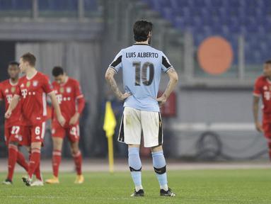 Gelandang Lazio, Luis Alberto tampak kecewa usai timnya kebobolan gol keempat melalui gol bunuh diri saat menghadapi Bayern Munich dalam laga leg pertama babak 16 besar Liga Champions 2020/21 di Olimpico Stadium, Selasa (23/2/2021). Lazio kalah 1-4 dari Bayern Munich. (AP/Gregorio Borgia)