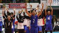 Pemain Timnas voli putra Indonesia mengangkat tangan merayakan kemenangan atas Qatar pada Kejuaraan Voli Asia 2017 di GOR Tri Dharma, Gresik, Rabu (26/7). Indonesia unggul 3-2 (24-26, 14-25, 25-20, 25-21, 15-11). (Liputan6.com/Helmi Fithriansyah)
