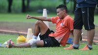 Pemain Arema FC, Rivaldi Bawuo, mengalami cedera pada sesi latihan bersama tim, Rabu (13/12/2017). (Bola.com/Iwan Setiawan)