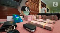 Barang bukti kasus pembobolan ATM ditunjukkan saat rilis di Polrestabes Semarang, Jawa Tengah, Kamis (9/1/2020). Dalam kasus ini polisi menetapkan satu pegawai dari unit outsourcing teknisi ATM sebagai tersangka. (Liputan6.com/Gholib)