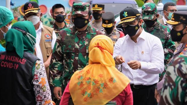 Menteri Kesehatan RI Budi Gunadi Sadikin bersama Panglima TNI, Hadi Tjahjanto dan Kapolri, Listyo Sigit Prabowo meninjau pelaksanaan PPKM Mikro di Jakarta pada 24 Juni 2021. (Dok Kementerian Kesehatan RI)