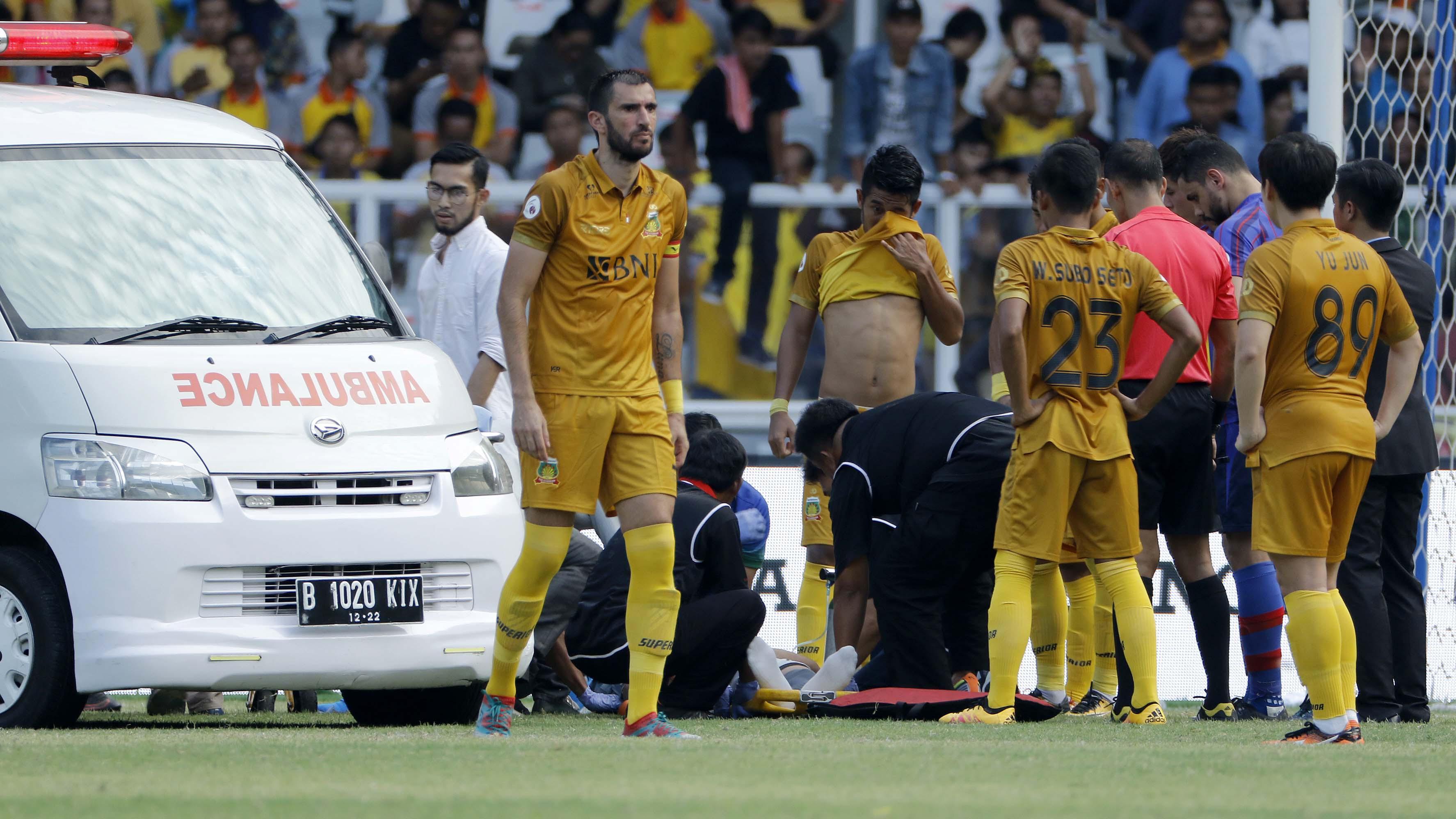 Awan Setho kiper Bhayangkara FC dievakuasi setelah insiden tabrakan dengan pemain FC Tokyo dalam laga persahabatan yang digelar di Stadion Utama Gelora Bung Karno, Senayan, Jakarta pada Sabtu (27/1/2018). (Bola.com/Peksi Cahyo)