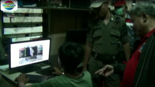 Operasi penegakan aturan jam belajar malam ini melibatkan pengurus RT-RW, Polisi, dan TNI, serta puluhan petugas Satpol PP Kecamatan Palmerah, Jakarta Barat.