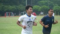 Tingkatkan kondisi dan pemulihan cedera, bek Achmad Jufriyanto latihan didampingi fisioterapis Persib. (Huyogo Simbolon)