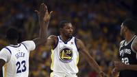 Selebrasi Kevin Durant dengan Draymond Green (AP)