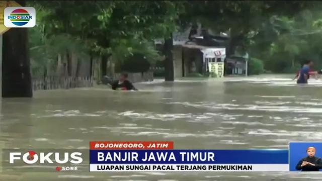 Hujan deras di sejumlah wilayah Jawa Timur, menyebabkan meluapnya air sungai hingga merendam ratusan rumah di permukiman warga.