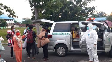 Petugas Kesehatan saat melakukan penjemputan kepada para siswa yang terpapar Covid-19 (Arfandi Ibrahim/Liputan6.com)